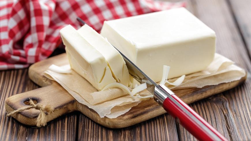 Masło pokrojone na desce