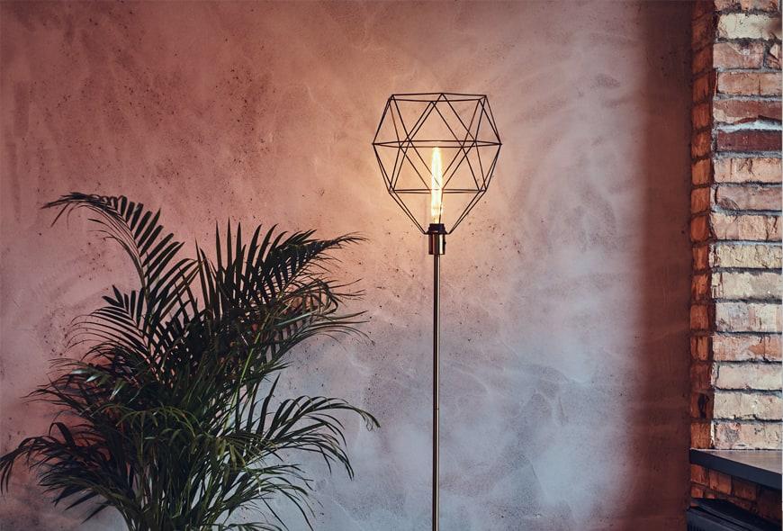 Lampa podłogowa z metalowym kloszem